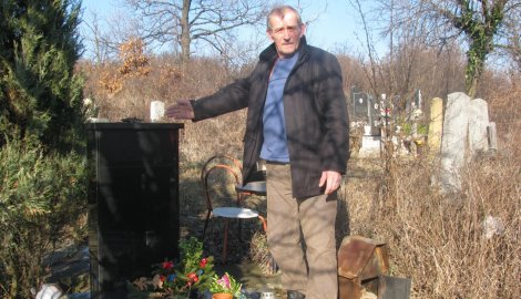Slobodan Bugarić kraj oštećenog ćerkinog spomenika