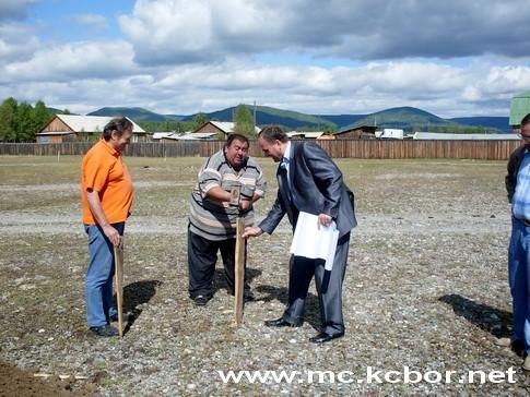 Rusko Žikić ( prvi sleva) – pripreme za temelj obdaništa u Burjatiju