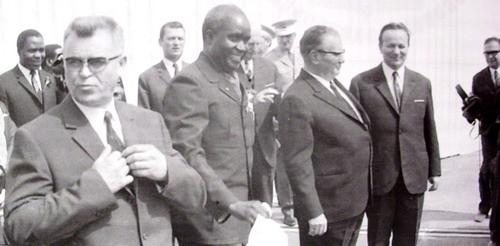 Tito i Kaunda ispred Robne kuće Beograd u Boru