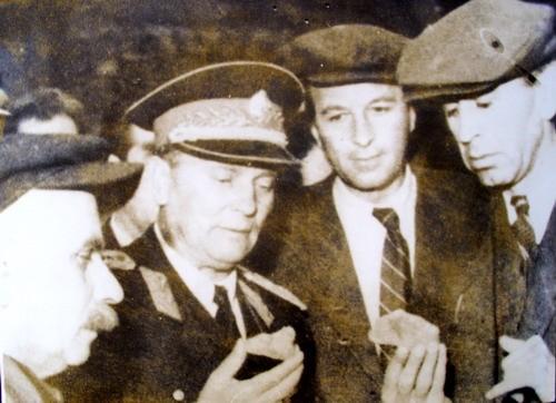 Tito razgleda borske kristale, 8. oktobar 1948.