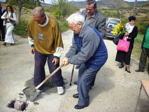 Stari Božin Jovanović postavlja kamen temeljac za bududći centar sveta…