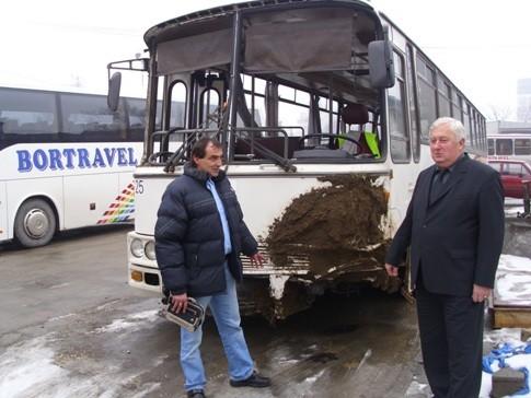 "Dragan Golubović i Bora Rajić kraj oštečenog autobusa ""Bortarvela""…"