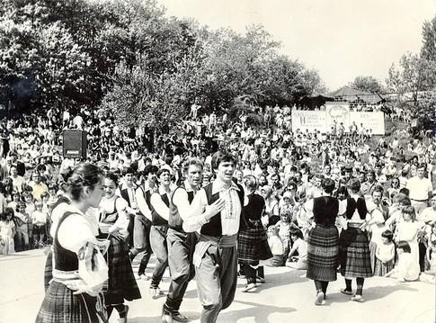 """Borsko jezero, 1982. godina , KUD """"Topioničar"""" uveseljava radnike na uranku…"""