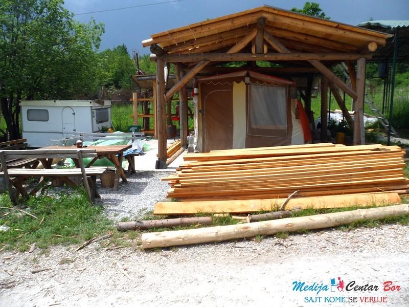 Foto: Sređuju kamp na Borskom jezeru
