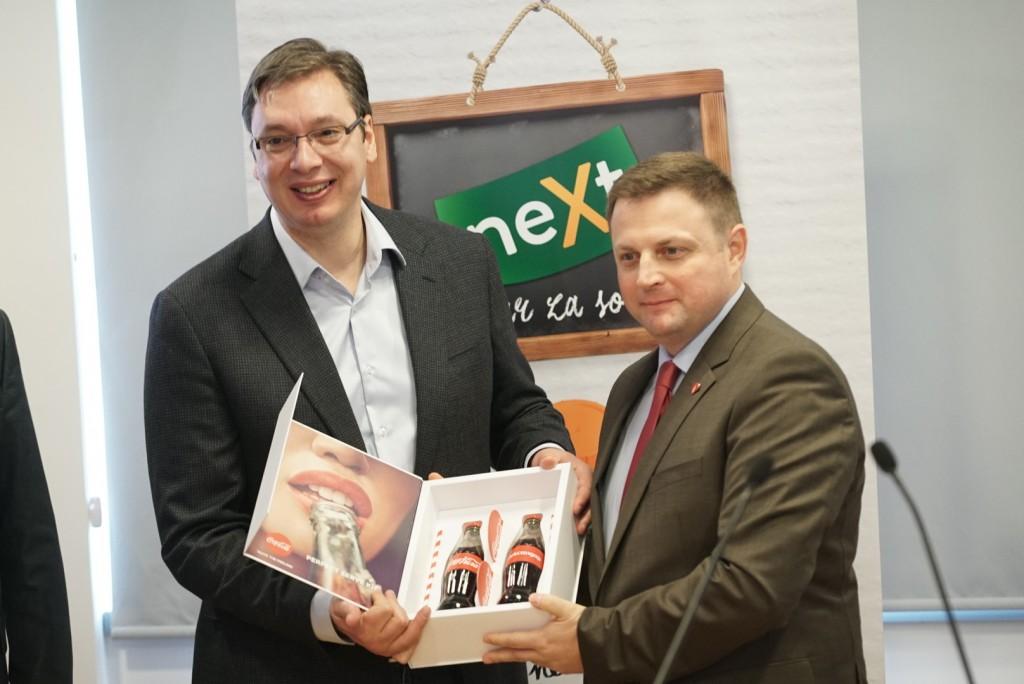 Premijer Vučić i Aleksandar Ružević generalni direktor CCH Srbija na otvaranju regionalnog centra za sokove